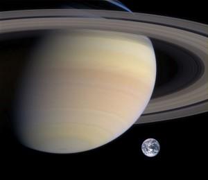Saturn w porównianiu do ziemi - źródło: pl.wikipedia.org